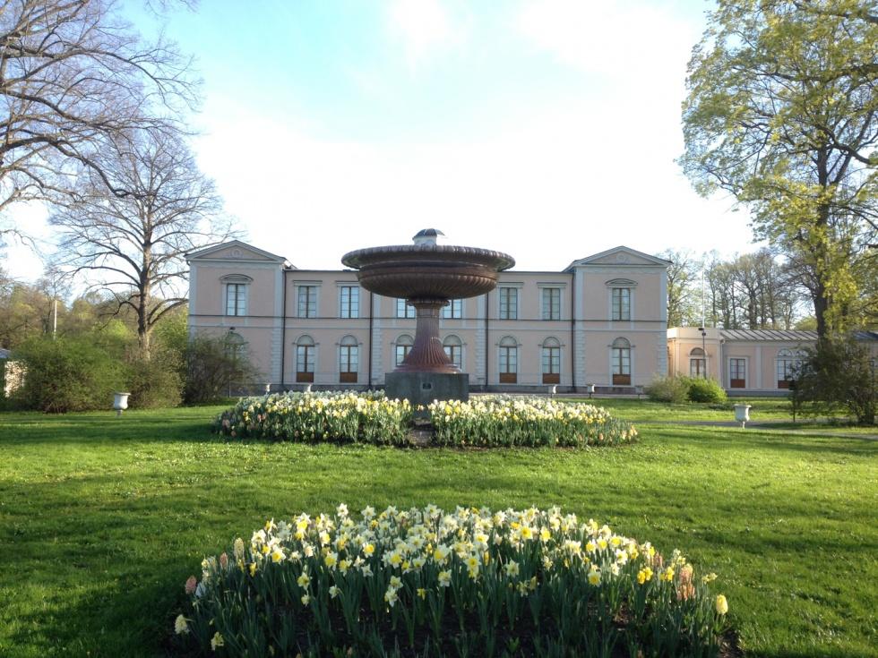 The porphyry vase at Rosendahl's palace.