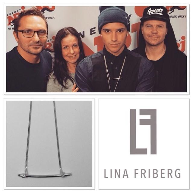 Erik Saade bär ännu ett av Lina Fribergs smycken