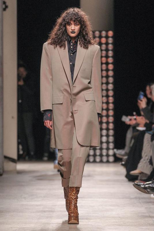 """Défilé de mode """"Vivienne Westwood"""", collection prêt-à-porter automne-hiver 2016-2017 à Paris le 5 mars 2016. Model at """"Vivienne Westwood"""" fashion show Fall/Winter ready-to-wear 2016-2017 in Paris, on March 5, 2016."""