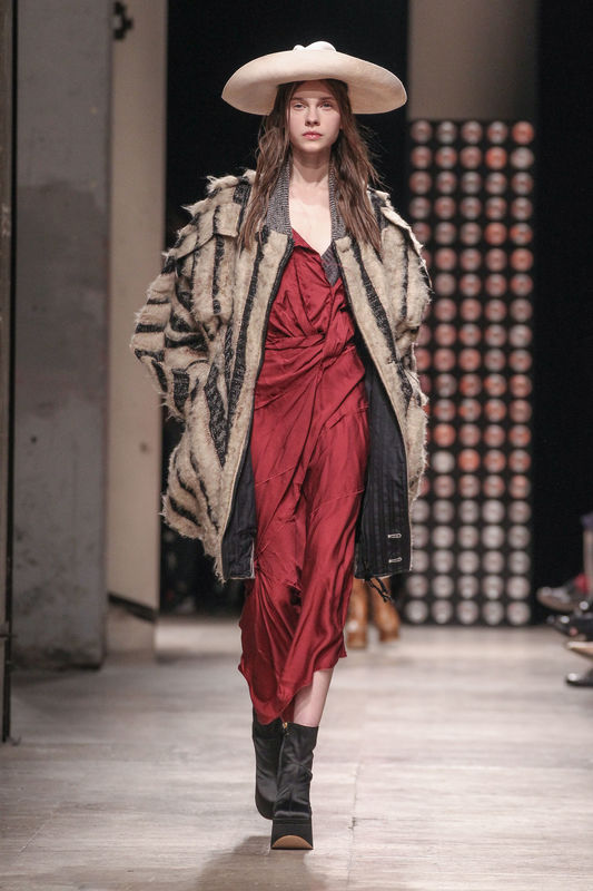"Défilé de mode ""Vivienne Westwood"", collection prêt-à-porter automne-hiver 2016-2017 à Paris le 5 mars 2016. Model at ""Vivienne Westwood"" fashion show Fall/Winter ready-to-wear 2016-2017 in Paris, on March 5, 2016."
