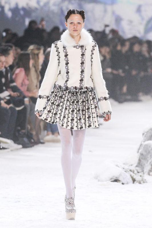 """Mannequin au défilé de mode """"Moncler Gamme Rouge"""", collection prêt-à-porter automne-hiver 2016-2017 à Paris, le 9 mars 2016. Model at Moncler Gamme Rouge fashion show Fall/Winter ready-to-wear 2016-2017 in Paris, on March 9, 2016."""