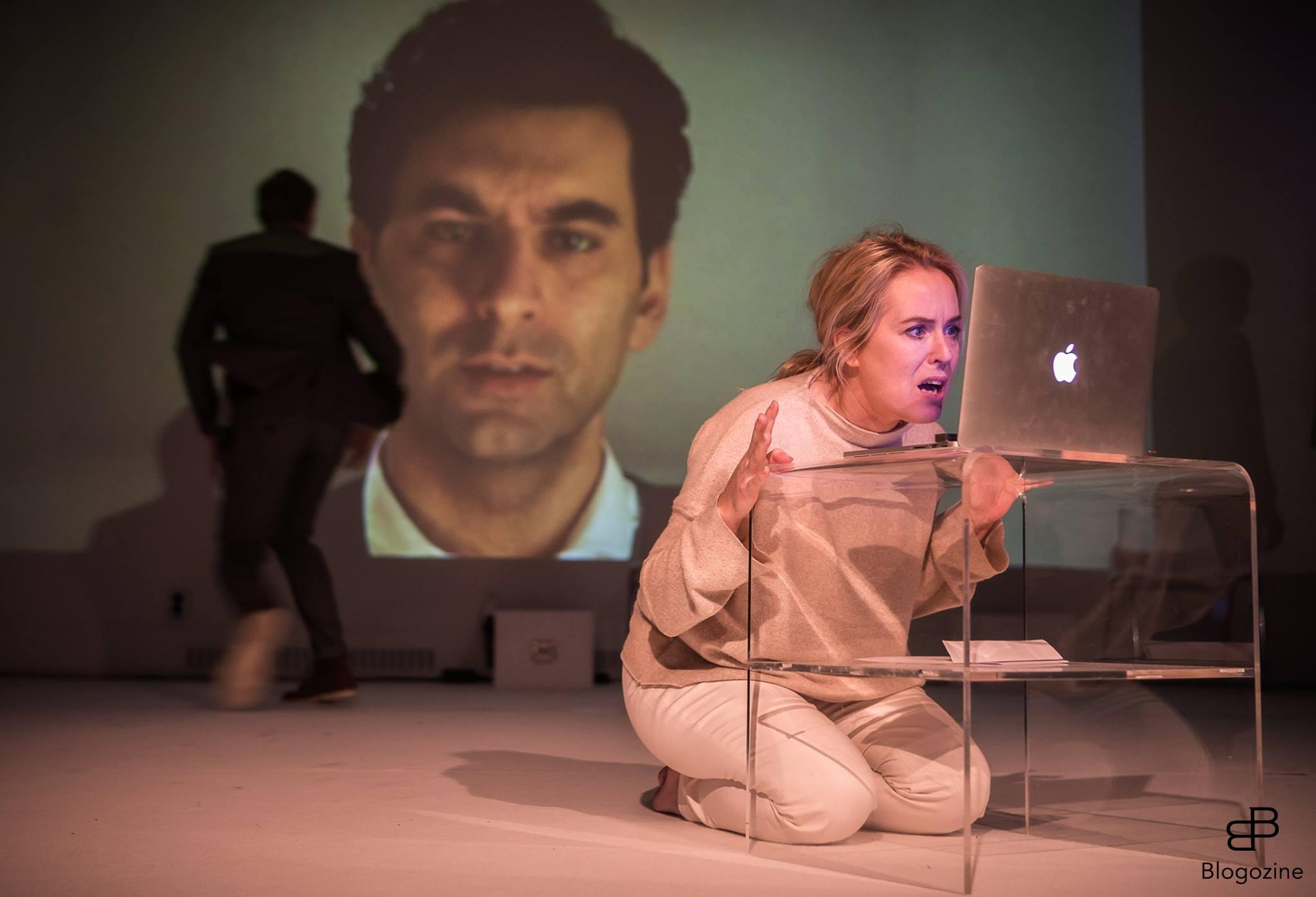 Jimmy Hanna i rollkaraktären entreprenören Elliot Liv och hans fru Stella som spelas av Helena Karlsson i scenen där Elliot återuppstår i form av en digital version med hela sitt väsen och sina livserfarenheter inprogrammerade.
