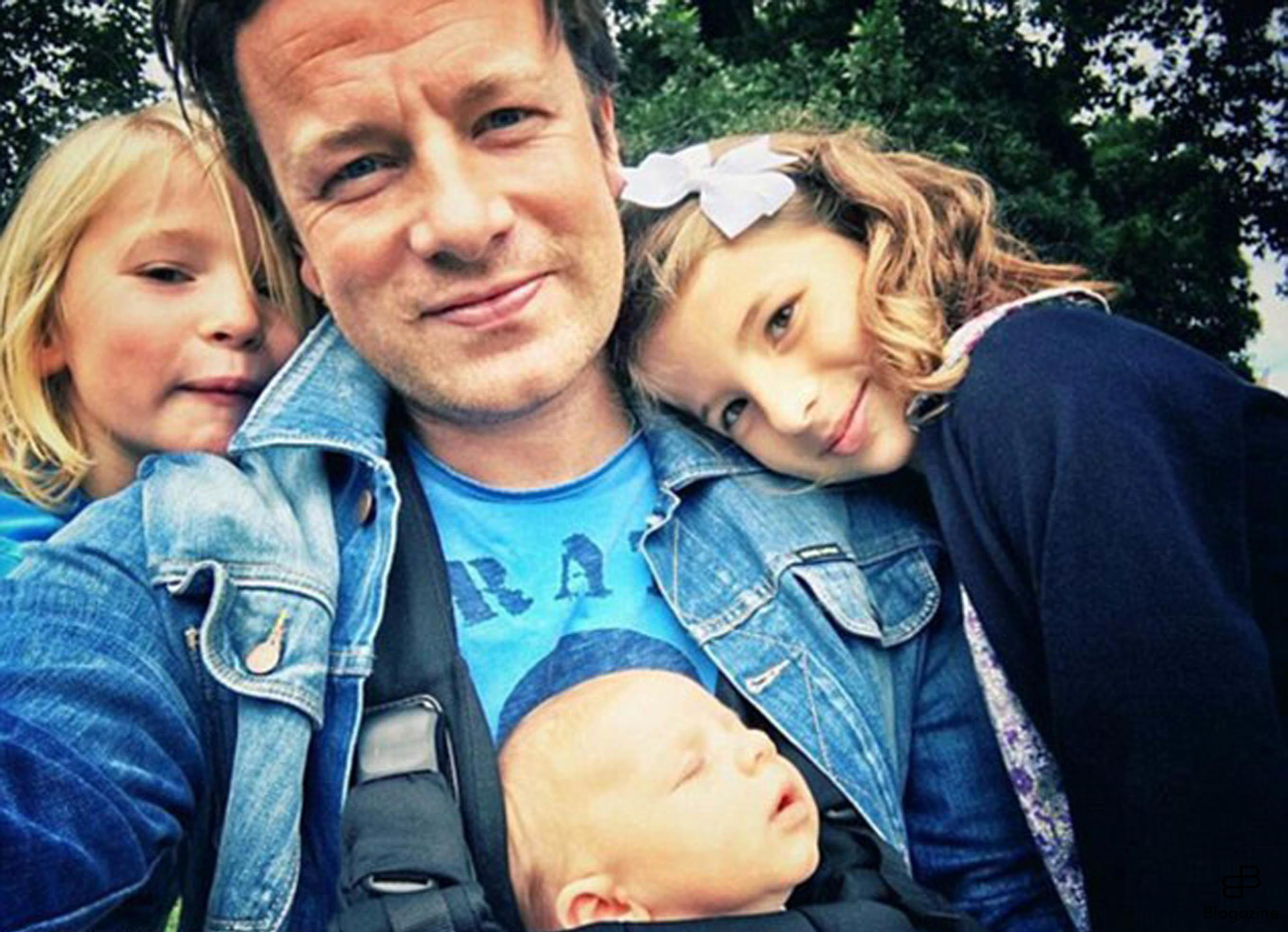 6222863 29-9-2016 Celebrity Selfies Pictured: Jamie Oliver with his kids PLANET PHOTOS www.planetphotos.co.uk info@planetphotos.co.uk +44 (0)20 8883 1438 DISTR. STELLA PICTURES