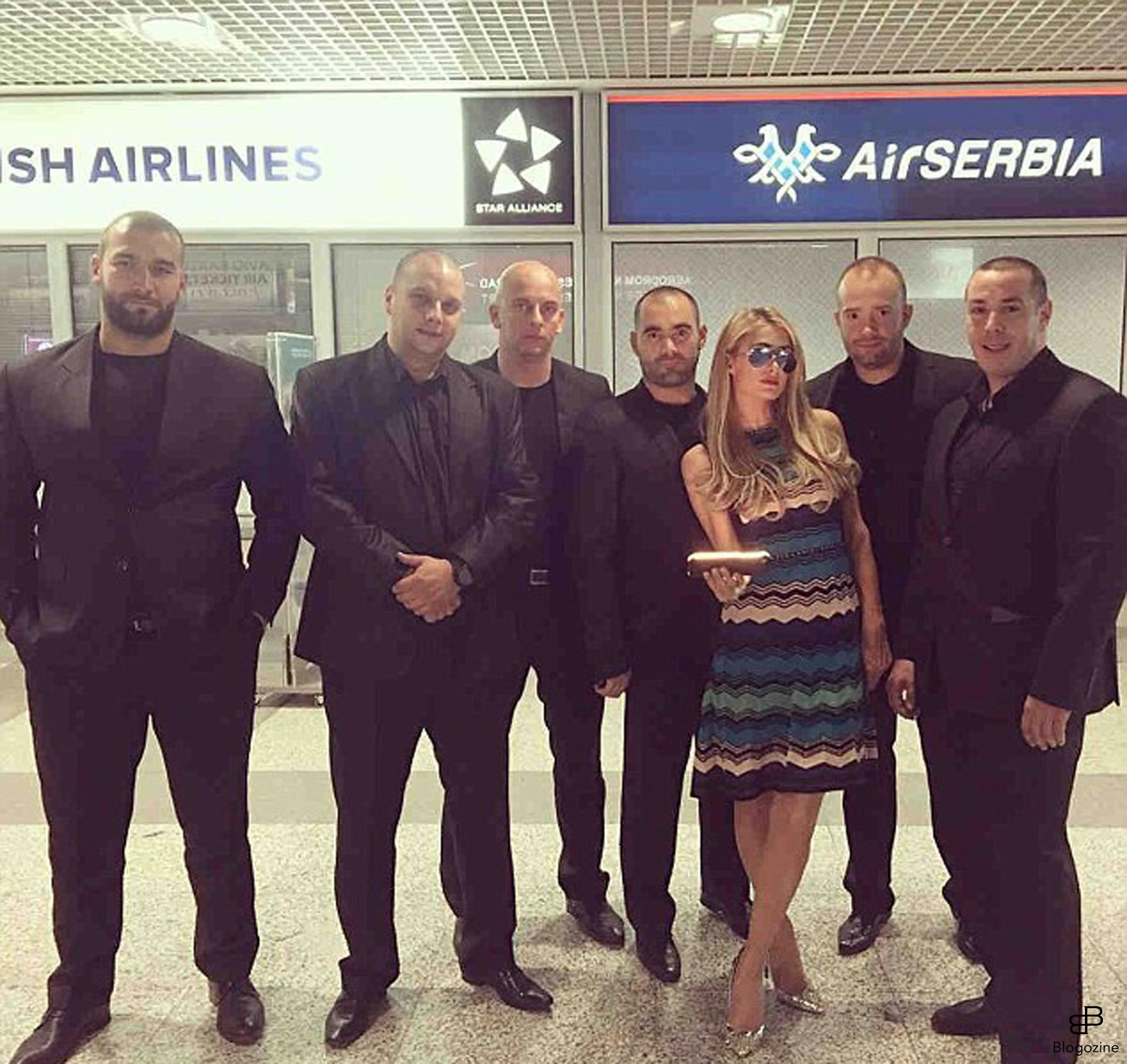 6222988 29-9-2016 Celebrity Selfies Pictured: Paris Hilton and bodyguards PLANET PHOTOS www.planetphotos.co.uk info@planetphotos.co.uk +44 (0)20 8883 1438 DISTR. STELLA PICTURES