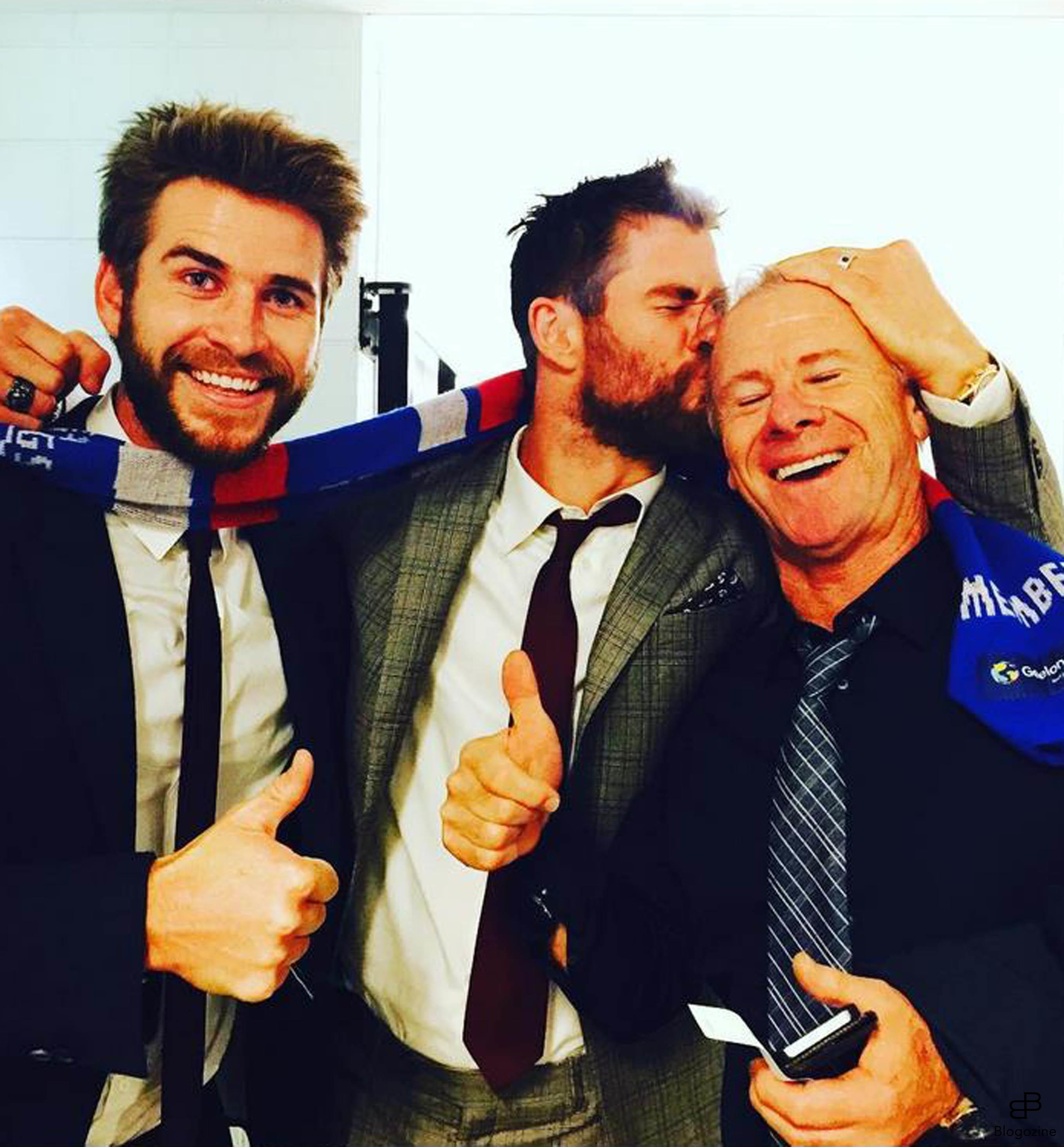 6268797 29-9-2016 Celebrity Selfies Pictured: Chris and Liam Hemsworth PLANET PHOTOS www.planetphotos.co.uk info@planetphotos.co.uk +44 (0)20 8883 1438 DISTR. STELLA PICTURES